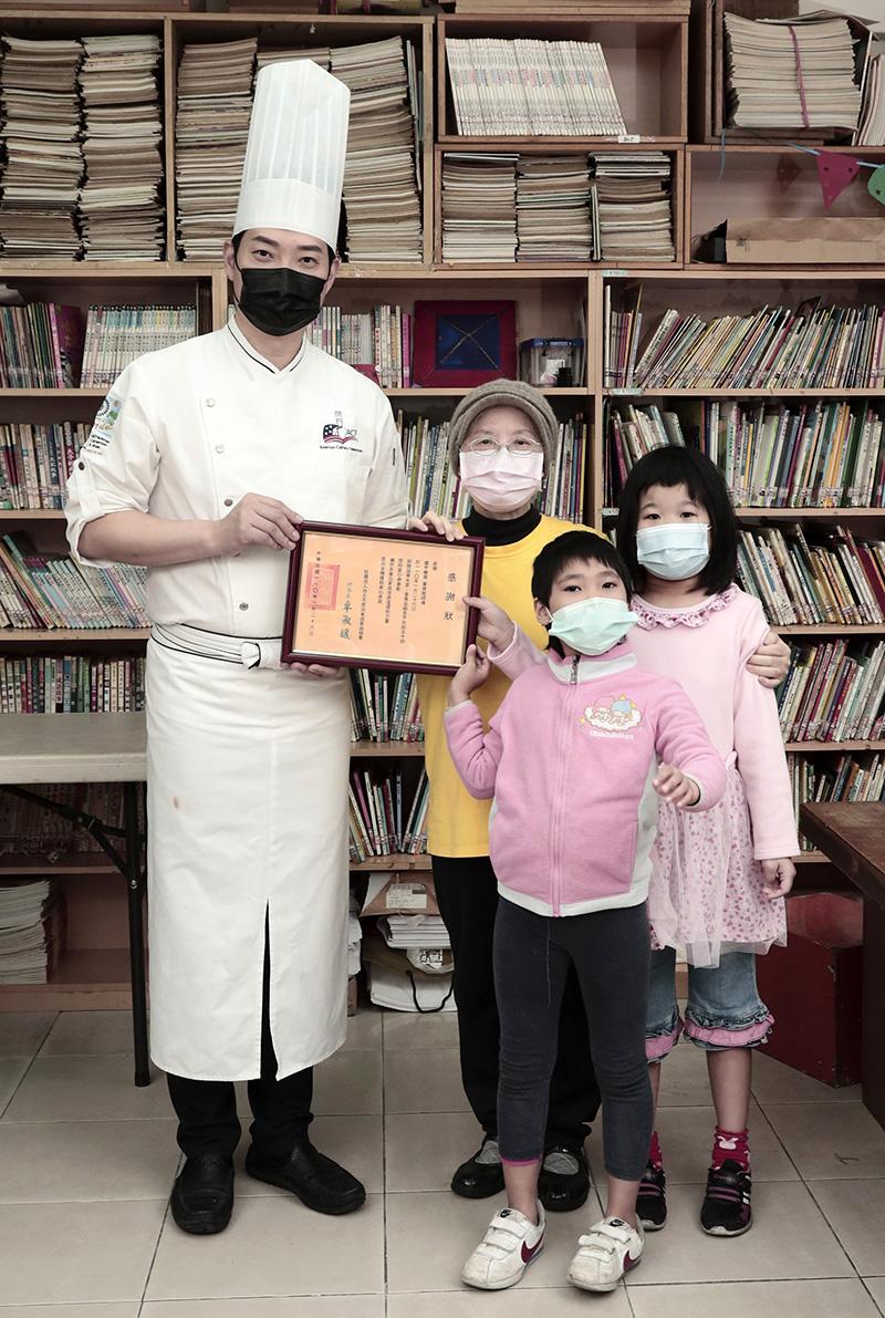 台菜王子黃景龍(左)接受「社團法人台北市恩加貧困家庭協會」致贈感謝狀。