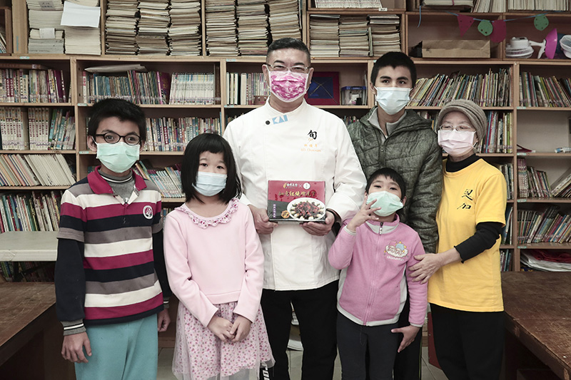 烹飪名師柯俊年(左三)親送50份「如意紅燒燴虎掌」給「社團法人台北市恩加貧困家庭協會」。