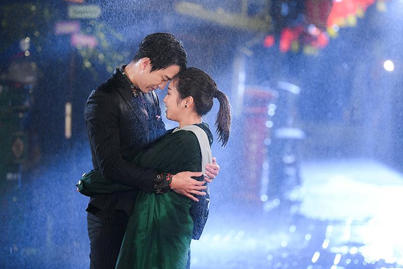 【車勢星聞】《廢財闖天關》梁舒涵(右起)和霸總邱昊奇雨中浪漫擁吻。(圖:三立提供)