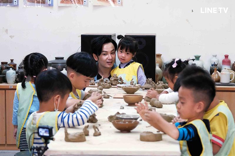 【車勢星聞】《今天誰來店》張書偉帶小朋友體驗陶藝課程。(圖:Line TV提供)