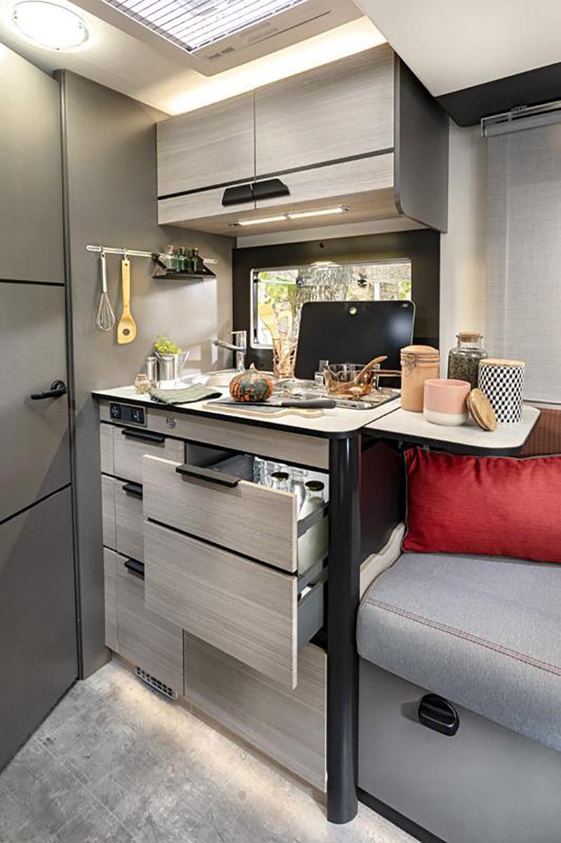 露營車必備的烹飪設備。