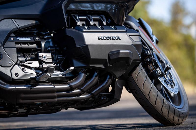 新世代水平對臥 6 汽缸引擎搭配雙離合器變速箱(DCT)。