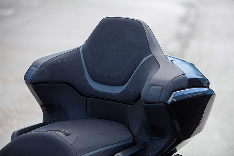 配合後箱設計,後座靠背也從原17度角提升至24.5度角並增加了椅墊的厚度與高度再加入麂皮設計。