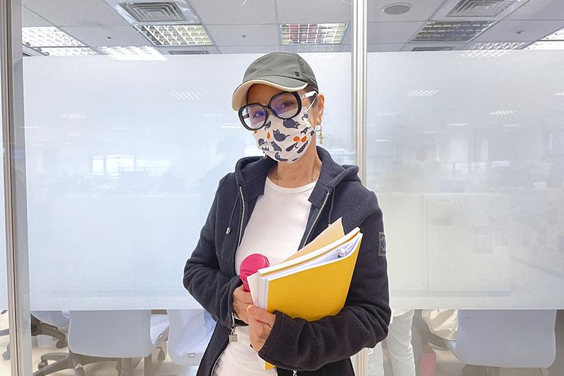 【車勢星聞】《黃金歲月》女主角陳美鳳戴眼鏡、備水壺重拾校園生活參加《黃金歲月》讀本。(圖:民視提供)
