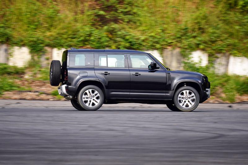 Deferder 110 P300 HSE在300ps/400Nm的動能驅動下,0-100km/h加速只需7.3秒,且在配置氣壓懸吊下,行路質感完全向同門師兄們看齊,操控性也在水準之上。其中為讓操控性更為均衡,Land Rover甚至在新Deferder 開發時也在著名的紐柏林北賽道進行動態測試。