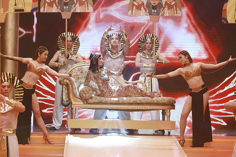 【車勢星聞】《民視第一發發發》陳美鳳領軍十八位藝人演出埃及豔后。(圖:民視提供)
