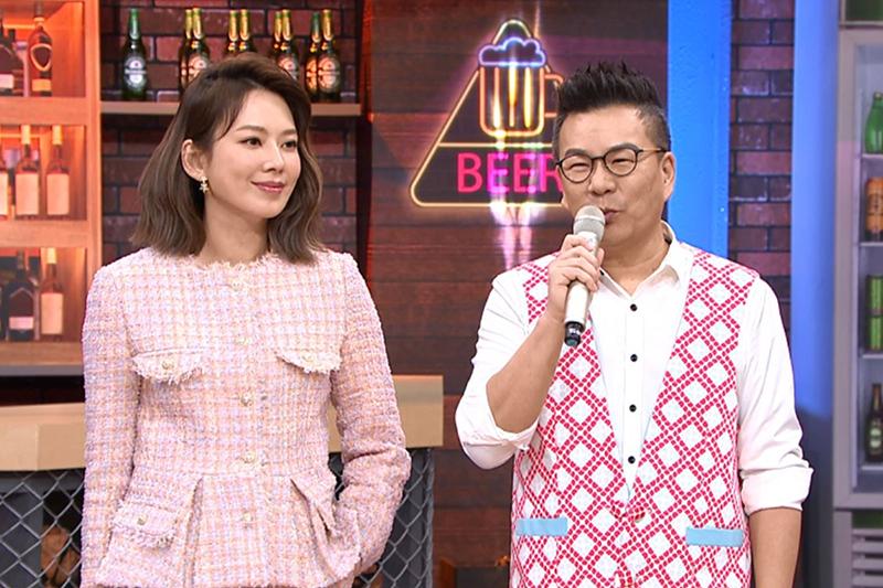 【車勢星聞】TVBS《11點熱吵店》節目主持人Melody(左起)提前買雪衣結果根本穿不到,打算送給沈玉琳女兒。(圖:TVBS提供)