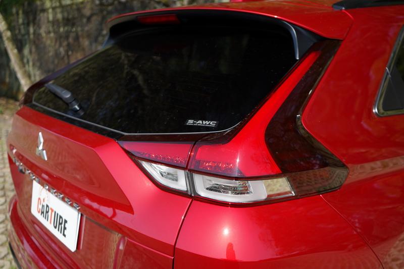 兩組尾燈獨立出來取消原本中央連貫式的造型,並將車型名稱加大改放在廠徽下方