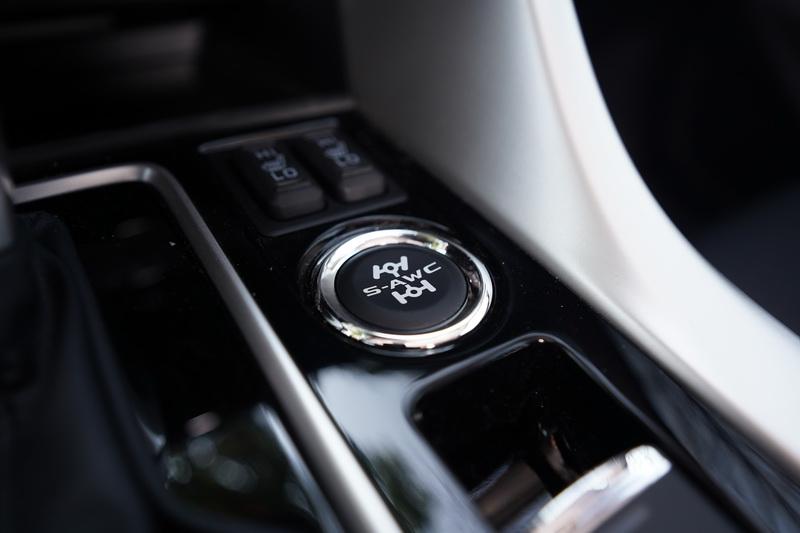 試駕車為搭載S-AWC系統的旗艦型,因此在排檔座旁多了模式選擇按鍵