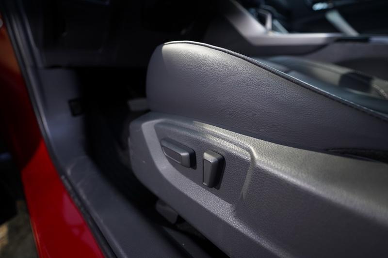 雙前座椅在小改款後皆標配電動調整功能