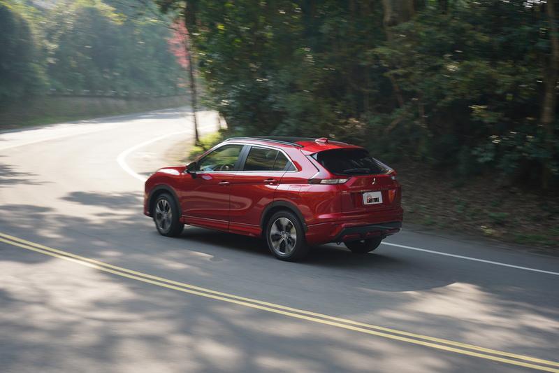 藉由S-AWC系統的輔助,刻意以稍高車速入彎仍能感受到優異的底盤回饋帶給駕駛者強大信心