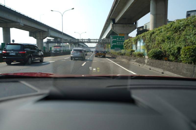 抬頭顯示器能顯示目前車速、ACC設定狀態及車距距離