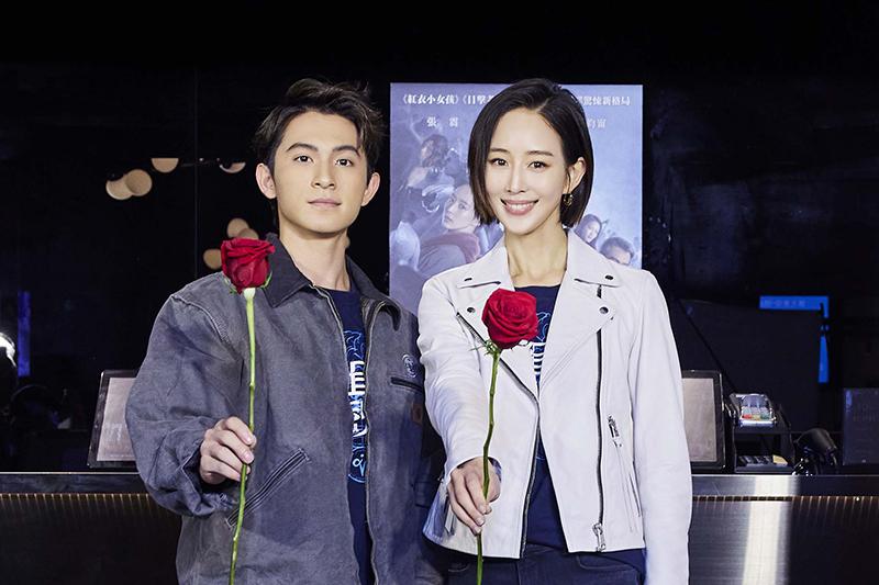 【車勢星聞】《緝魂》張鈞甯(右起)、林暉閔在情人節當天擔任一日店長售票、送玫瑰花給排隊粉絲。(圖:威視提供)