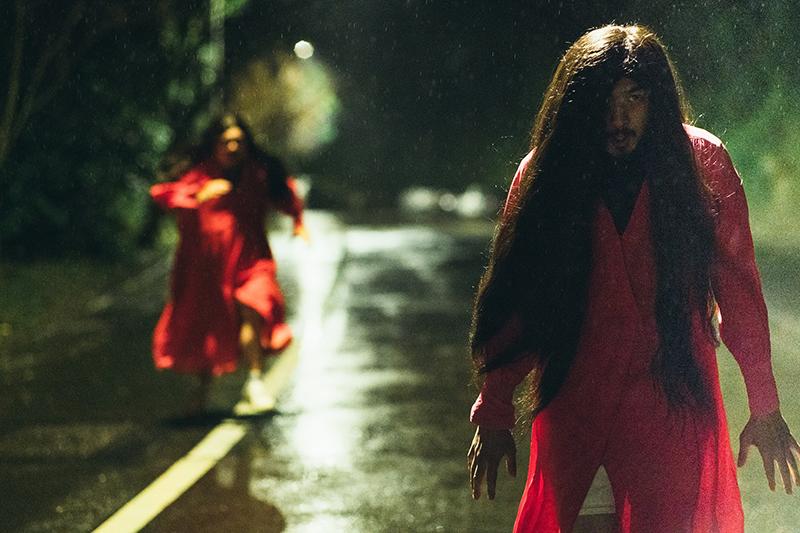 【車勢星聞】陳柏霖拍攝《鬼才之道》半夜在山區奔跑。(圖:牽猴子提供)