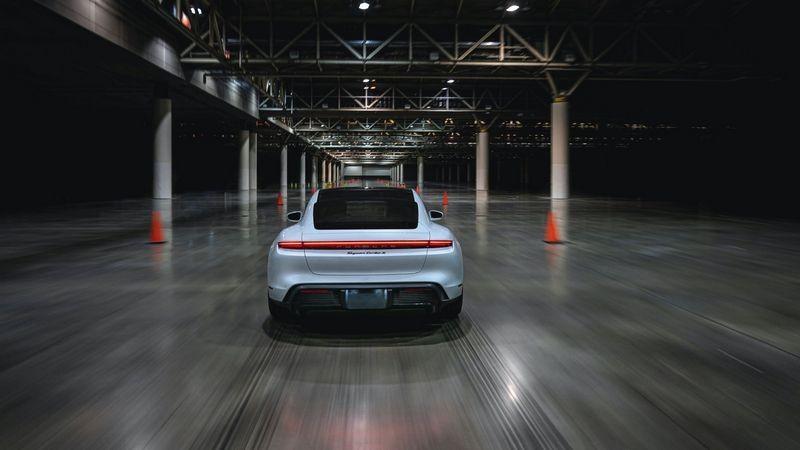 Taycan Turbo S以165.1km/h創下室內最速紀錄。