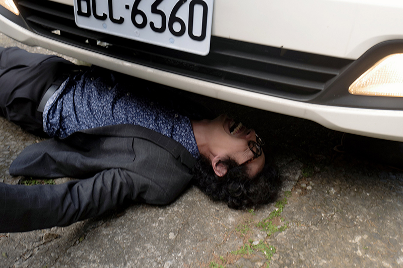 【車勢星聞】《王牌辯護人》馬念先被車壓在車底。(圖:東森提供)