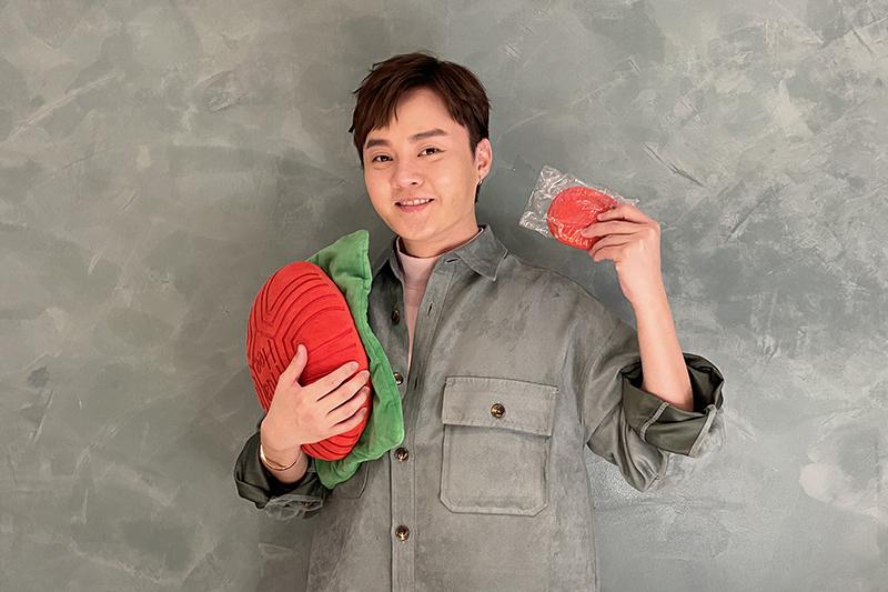 【車勢星聞】許富凱吃播祭拜天公的美食紅龜粿作為直播開場。(圖:凱聲影藝提供)