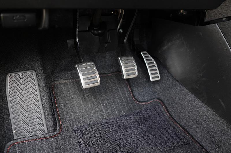Swift Sport的離合器操作十分好掌握,而且還有防呆機制,只要你不是在起步時,直接快速彈放離合器,基本上電腦會自動幫你補油避免熄火,甚至在放開離合器後,車輛也會自動蠕行,唯獨煞車與油門踏板位置略為偏右,需要一點時間習慣。