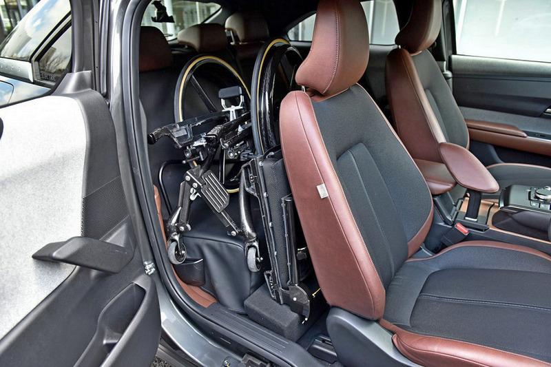 MX-30對開式車門方便收納輪椅進出。