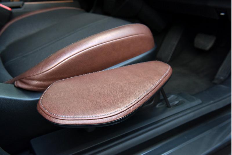 駕駛座旁額外增加活動坐墊以利進出。