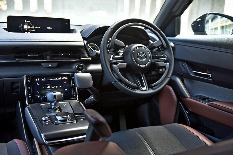 方向盤導入環狀裝置,並額外配置操控桿來用控油門與煞車。
