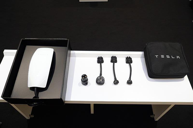 Tesla推出的第三代壁掛式充電座,同樣具有多組插座接頭,最右側為旅行充電組。
