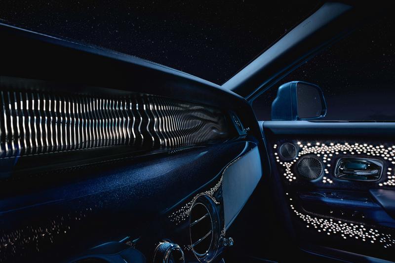 "Phantom ""天魄"" 典藏版的車內藝境藏珍畫廊裝配100根獨立燈柱,由整塊鋁坯銑削而成,並經黑色陽極氧化處理和手工拋光。"