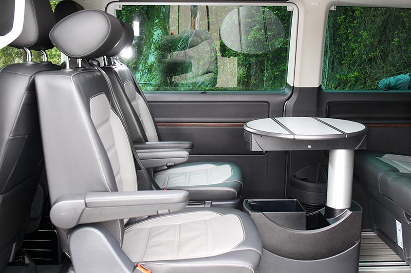第二排座椅能180度旋轉,跟第三排人員面對面聊天。