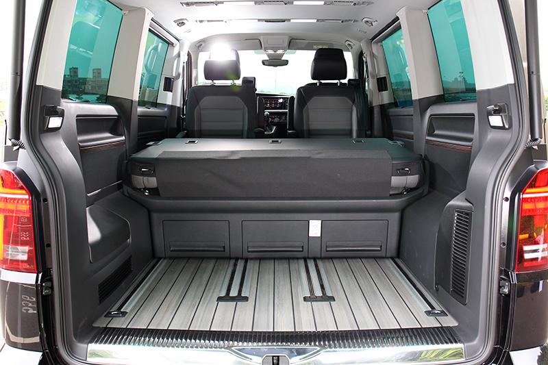 第三排也有前後移動設計,除基本倒放甚至還能打平變床鋪。