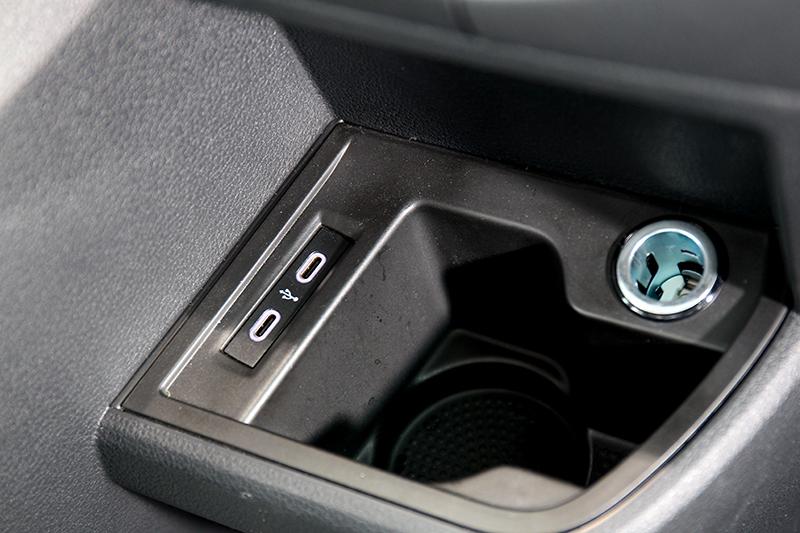 前座排檔旁與第三排皆附有Type C充電孔。