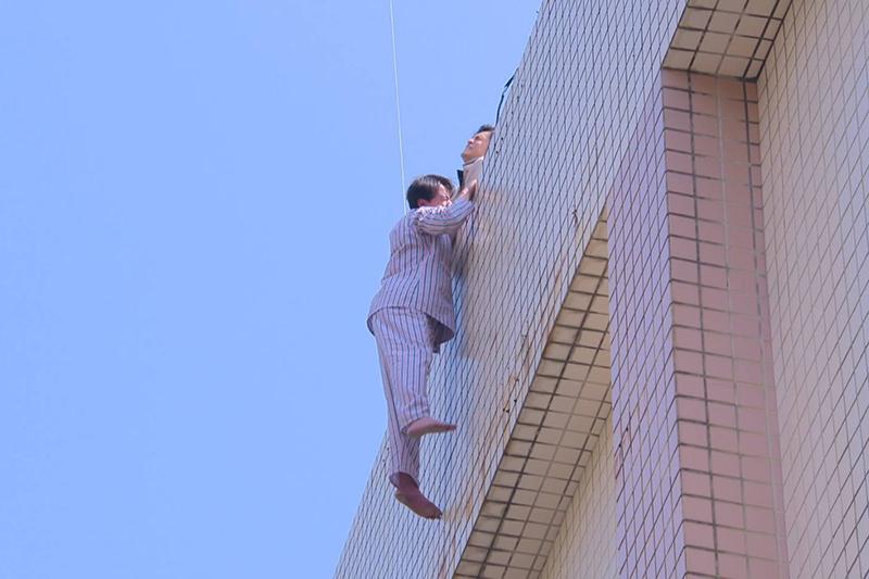 【車勢星聞】《多情城市》斥資六位數請專業團隊完成高空拍攝【※戲劇效果請勿模仿※】。(圖:民視提供)