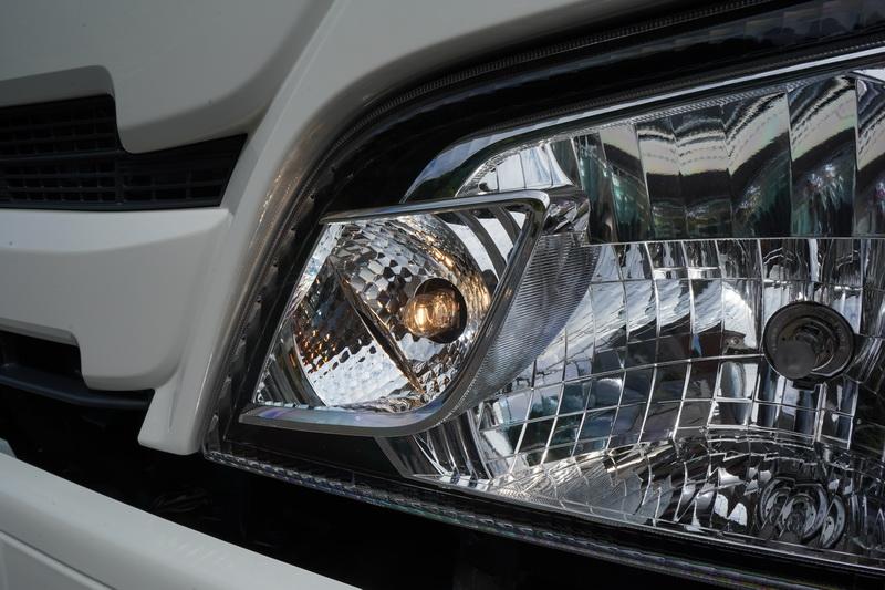 Hino 200與300系列在外觀上無太大差異,車頭部分多了全時點亮的日行燈設計