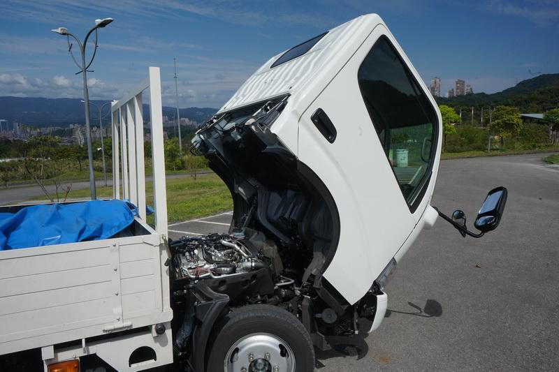 車頭向前翻起後便能看見全新配置的2.8升柴油引擎