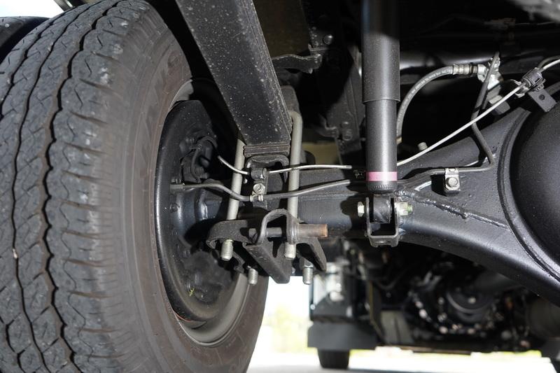 底盤採用H型大樑結構搭配前雙A臂後鋼片彈簧的設定,路面彈跳感較為強烈