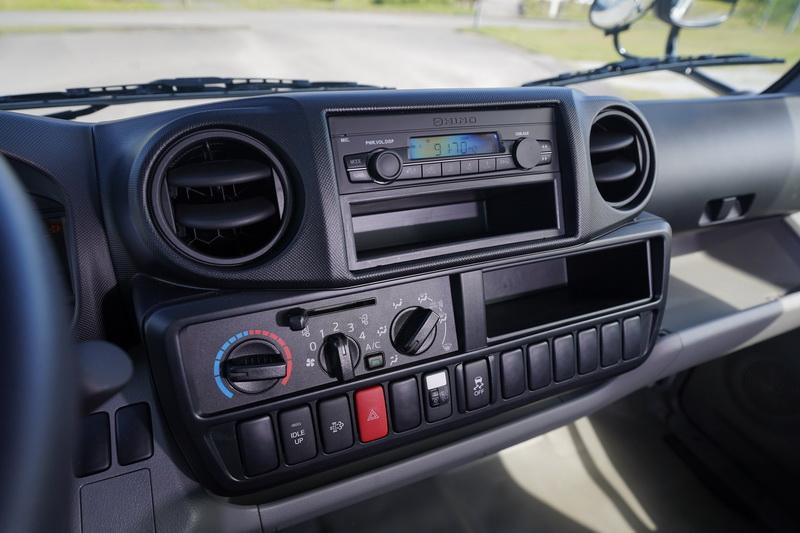 樸素的內裝配置與一般轎車相去甚遠,但仍具備空調與音響功能