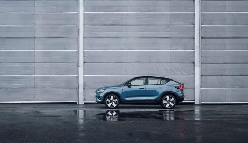 與XC40相較C40 Recharge車長略長,身高度度也降低至1,582mm。