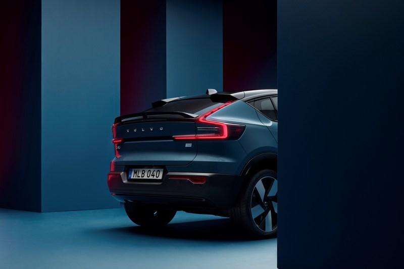 訂為跑旅車型C40 Recharge車尾也採斜背設計。