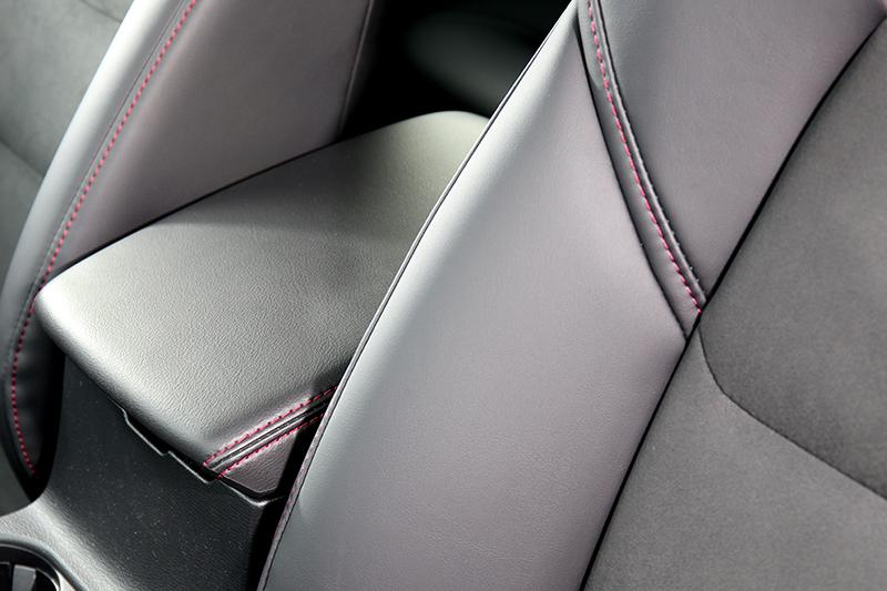 中央扶手、門扶手等處加入紅色縫線元素。