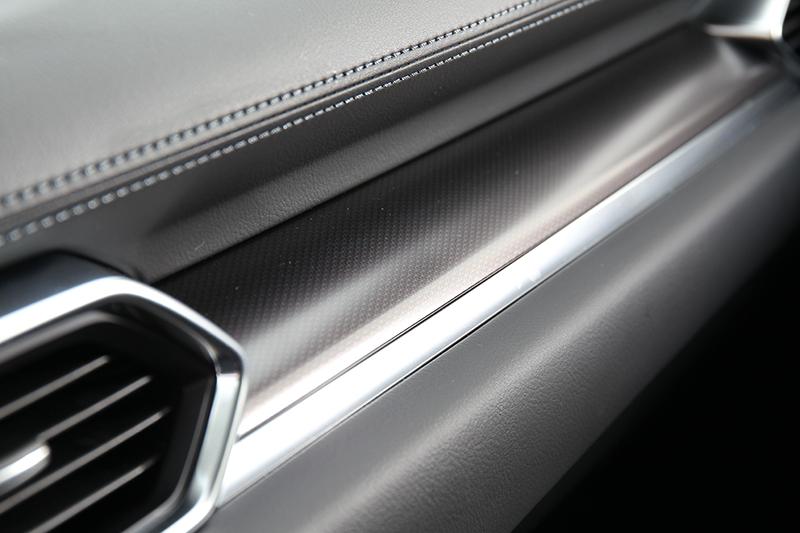 儀表平台飾板改為類碳纖維樣式。