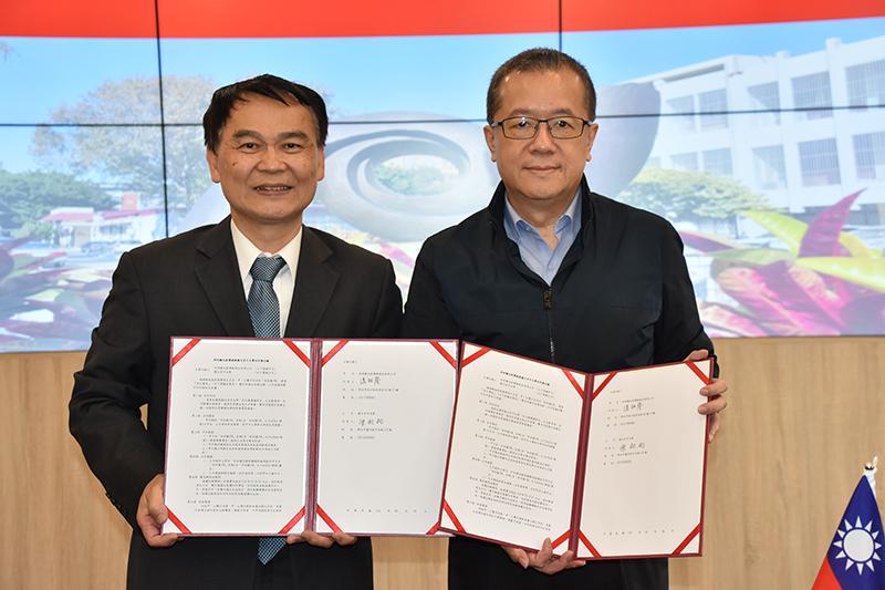國立空中大學校長陳松柏(左)、「好好聽FM」董事長潘祖蔭共同簽訂「合作備忘錄MOU」。(圖:好好聽FM提供)