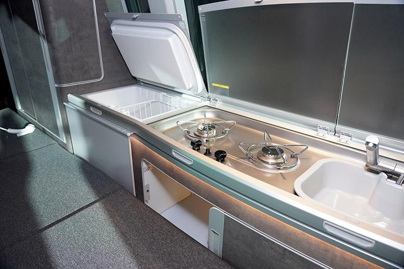 車內配置全功能流理台含42升的冰箱、不鏽鋼清洗水槽及雙爐烹飪瓦斯爐。