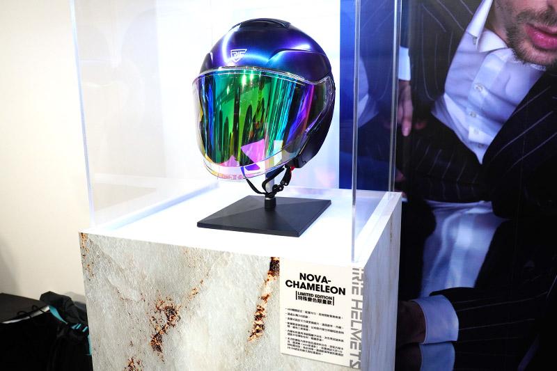 全球限量的NOVA-Chameleon Limited Edition安全帽,彷彿藝術品般展示陳列。