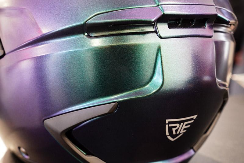 帽體通風系統含頭頂進氣孔與頭頂後擾流排氣孔,能快速有效帶走熱氣。