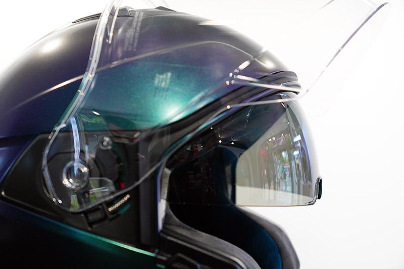 新型內藏式遮陽鏡片機構,方便操作且無突出零件,減少碰撞受損機會。
