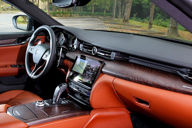 內裝最有感的改變莫過於中控台換上尺寸更大的10.1吋高解析觸控螢幕