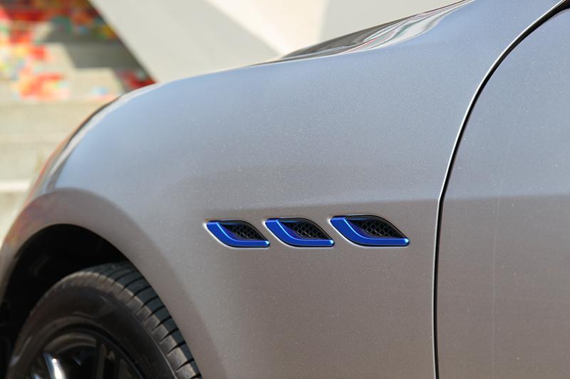 葉子板的散熱鰭孔、煞車卡鉗及廠徽上皆以特殊調配的水藍配色點綴