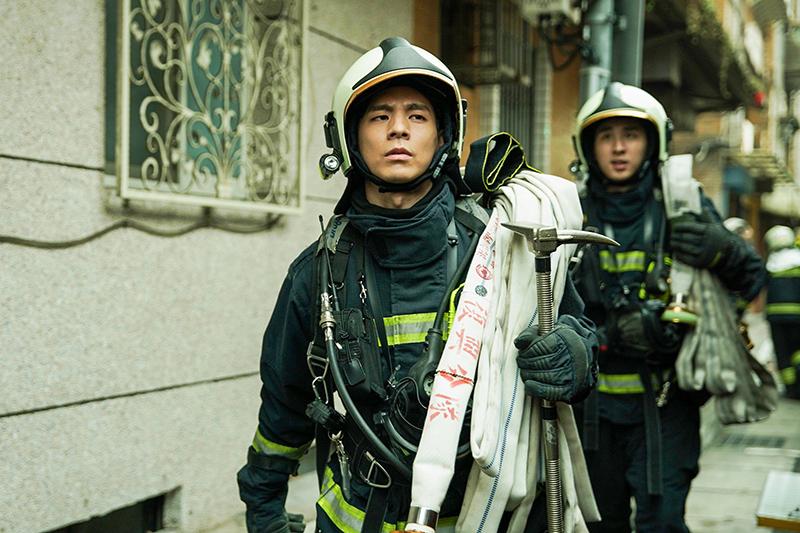 【車勢星聞】《火神的眼淚》林柏宏飾演消防員,帥勁十足。(圖:公共電視、myVideo提供)