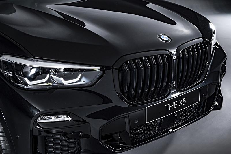 BMW X5 Dark Knight曜黑版採用一體化設計的黑色高光澤雙腎型水箱護罩。