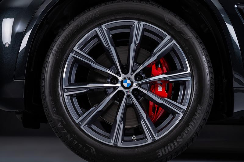 BMW X5 Dark Knight曜黑版升級20吋M款星輻式740M型輪圈搭配紅色M款煞車套件。