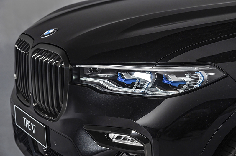 BMW X7 Dark Knight曜黑版升級智慧雷射頭燈(含Glare-free光型變化功能)與黑色高光澤水箱護罩,大幅強化科技氣息。